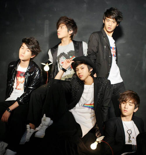http://www.nwasianweekly.com/wp-content/uploads/2013/32_02/songs_shinee.jpg